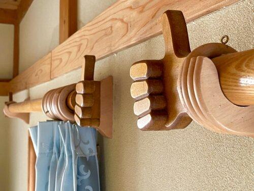 指の木彫刻装飾の施されたカーテンレール