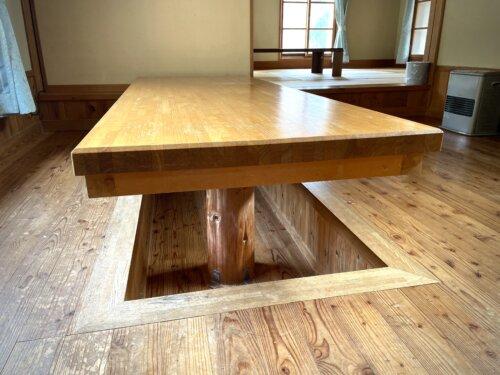 コテージ1階のリビングのテーブル