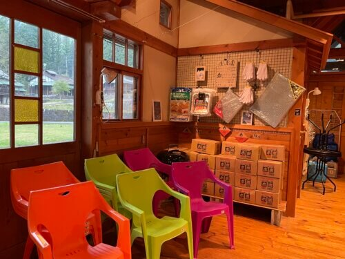 販売レンタル品のカラフルな椅子やBBQ炭などが並ぶ店内