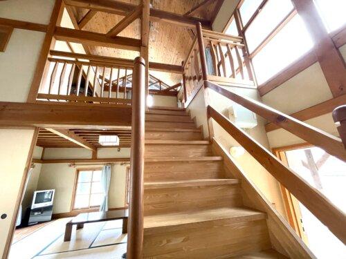 コテージの2階へ続く木製の階段