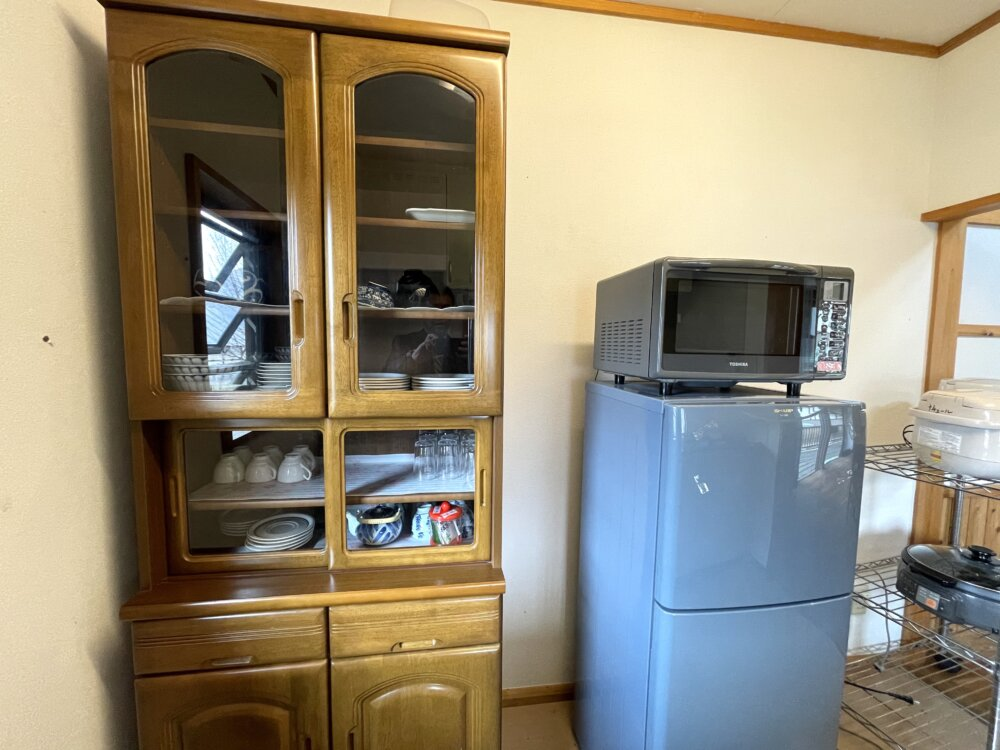 冷蔵庫と電子レンジと食器棚