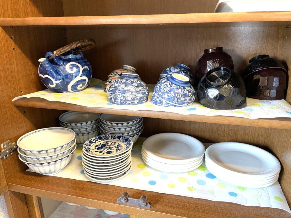 食器棚にご飯茶碗や味噌汁碗が入っている