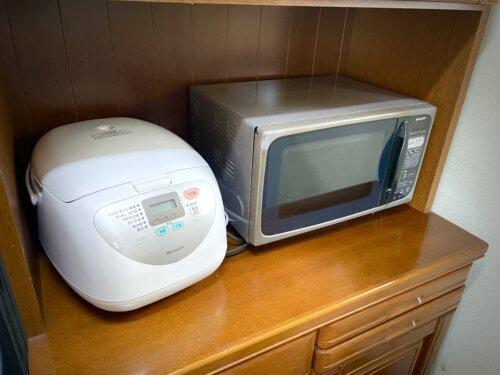 コテージのキッチンの炊飯器と電子レンジ