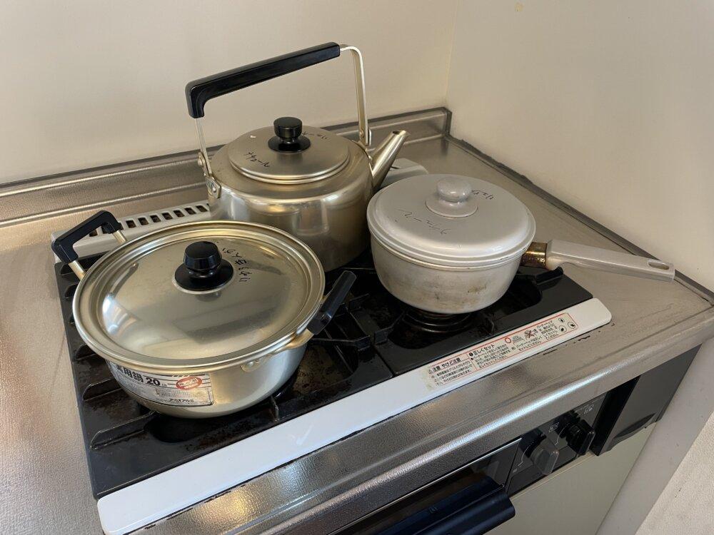 画素コンロに乗った鍋ややかん
