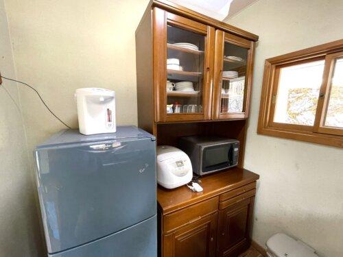 キッチンの食器棚と冷蔵庫